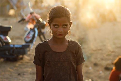 Základová fotografie zdarma na téma denní světlo, dítě, dívání, holka