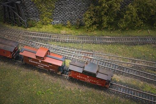 çelik, çim, demir yolu, Demir yolu rayları içeren Ücretsiz stok fotoğraf