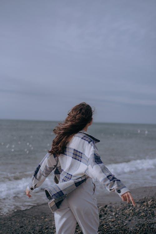 垂直拍攝, 女人, 岸邊 的 免費圖庫相片
