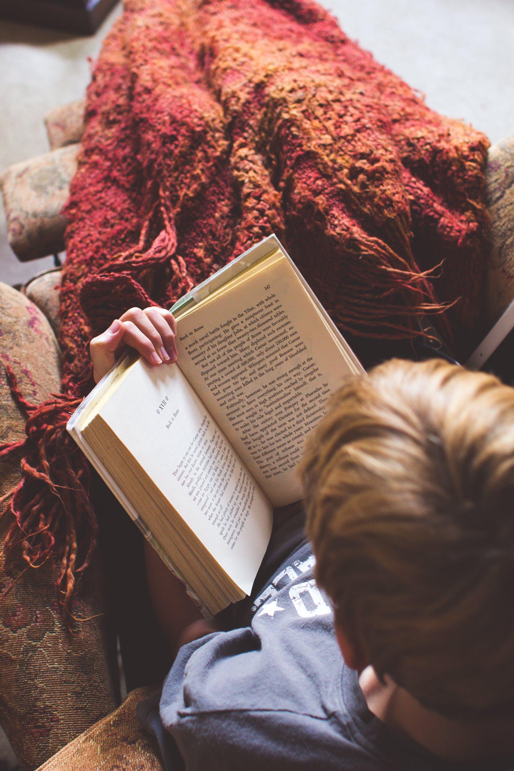 Kostenloses Stock Foto zu person, buch, lesen, junge