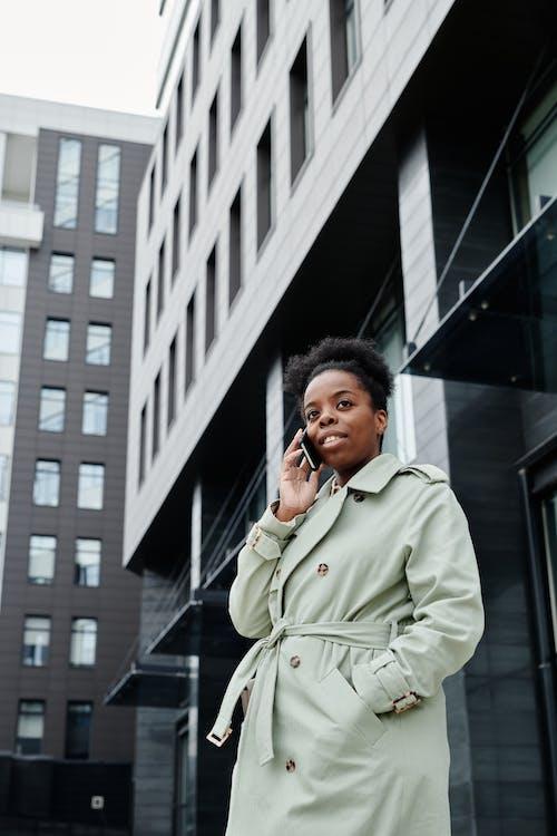 Ingyenes stockfotó afro-amerikai nő, álló kép, beszél telefonon témában