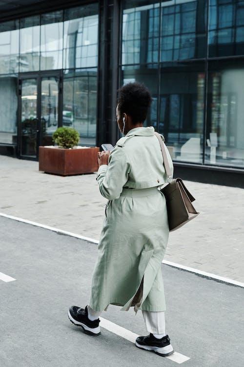 Ingyenes stockfotó afro-amerikai nő, aktatáska, álló kép témában