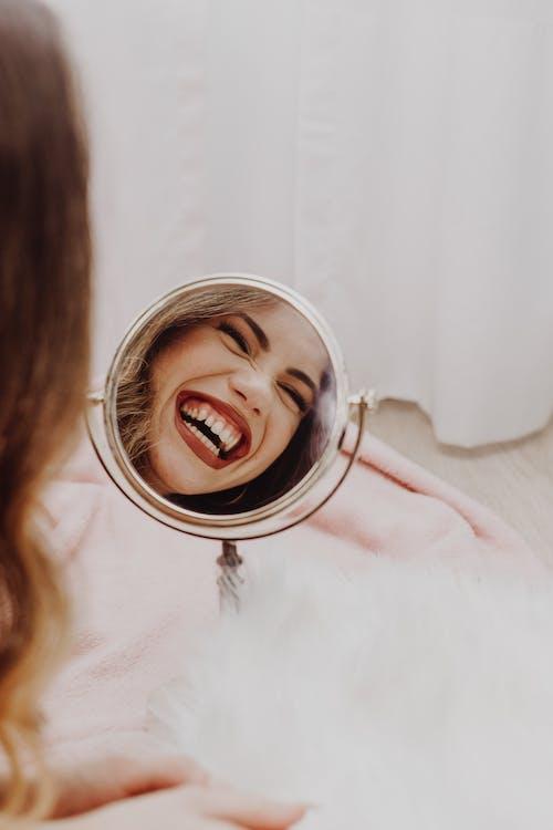 갈색 머리, 거울, 공부하다의 무료 스톡 사진