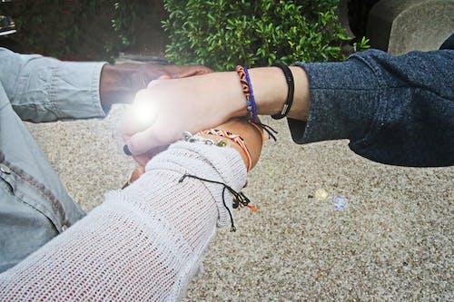 Foto profissional grátis de adulto, amor, braceletes, desgaste