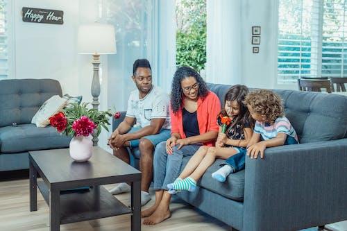Immagine gratuita di a casa, bambini, divano