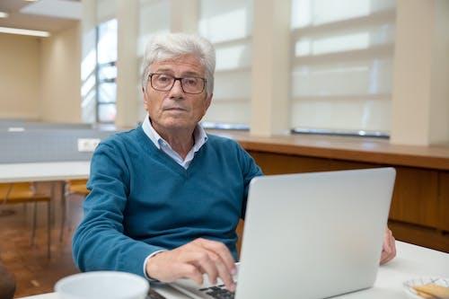 Kostnadsfri bild av äldre, arbetssätt, bärbar dator