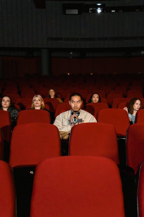 Бесплатное стоковое фото с активный отдых, аудитория, в помещении