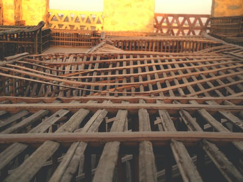 Безкоштовне стокове фото на тему «арабеска, брухт, дерев'яна клітка, дерев'яний стілець»