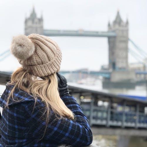 Ilmainen kuvapankkikuva tunnisteilla hanska, hattu, henkilö, kaupunki