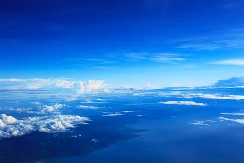 Бесплатное стоковое фото с высокий, голубое небо, облака, самолет