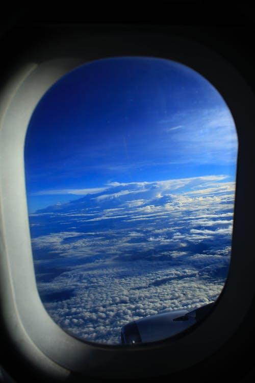 Бесплатное стоковое фото с облако, самолет, стеклянное окно