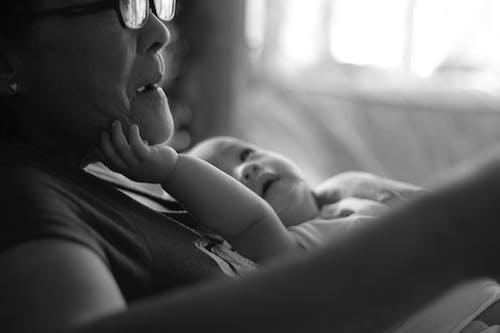Бесплатное стоковое фото с бабушка, любовь, ребенок