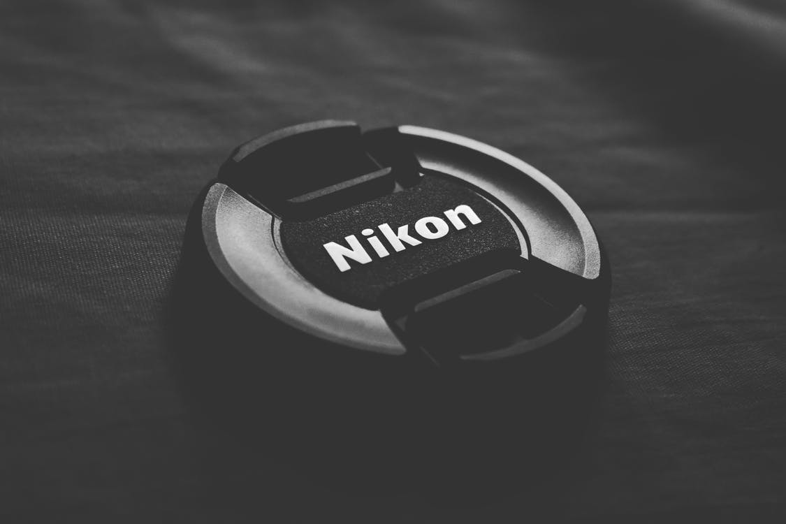 Pexels, https://www.pexels.com/pt-br/foto/camera-cobertura-de-lente-equipamentos-de-camera-nikon-799839/