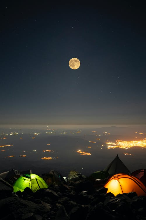 Kostenloses Stock Foto zu abendhimmel, beleuchtet, campen
