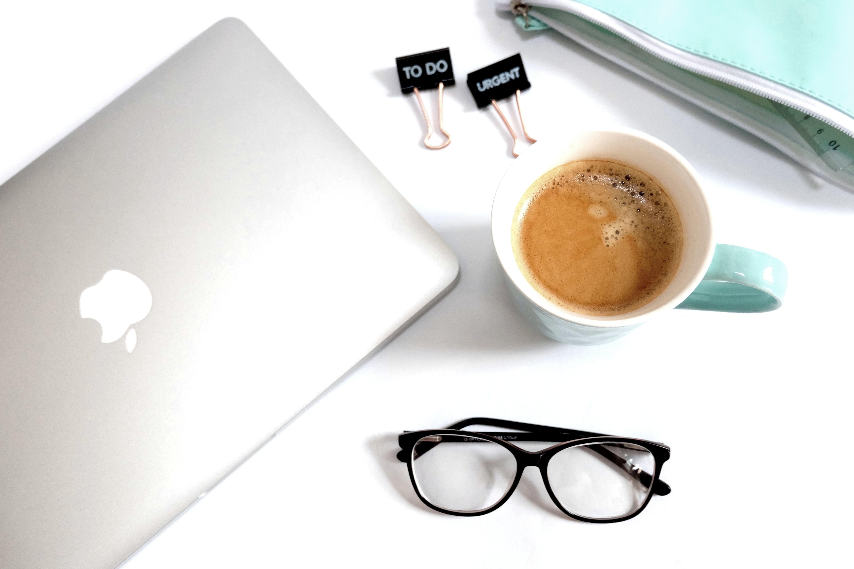 Kostenloses Stock Foto zu kaffee, tasse, schreibtisch, macbook pro