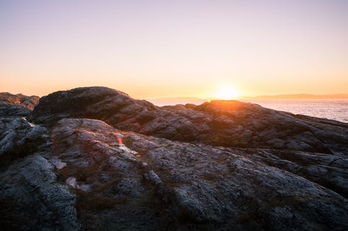 Kostenloses Stock Foto zu abendsonne, bemoosten felsen, berg, farbe