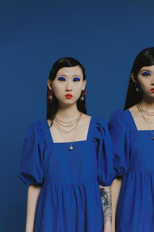 Kostenloses Stock Foto zu asiatische frauen, blau, blauem hintergrund