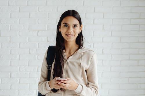 Бесплатное стоковое фото с брюнетка, держать, длинные волосы