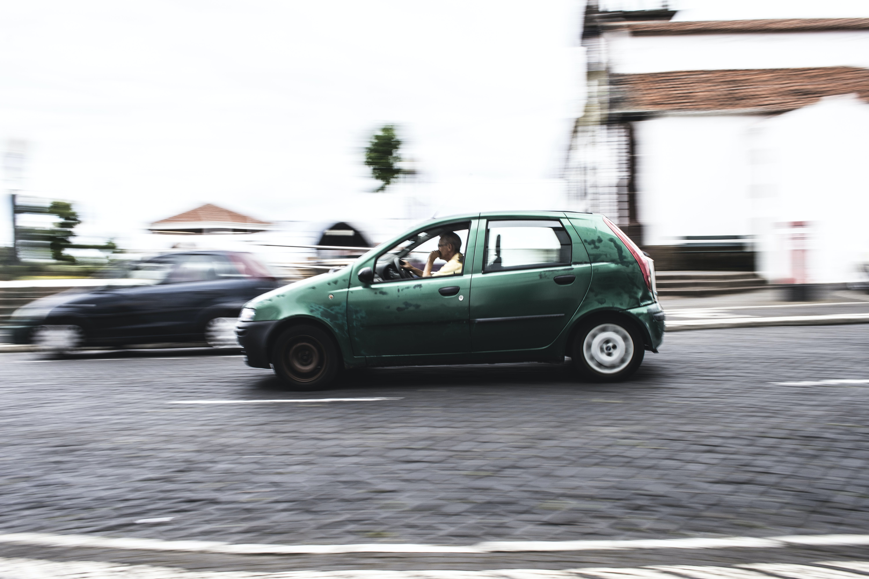 Foto stok gratis berbayang, berfokus, hatchback, jalan