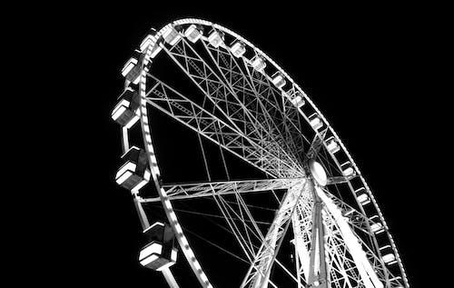 akşam, aydınlatılmış, Çelik yapı, eğlence içeren Ücretsiz stok fotoğraf