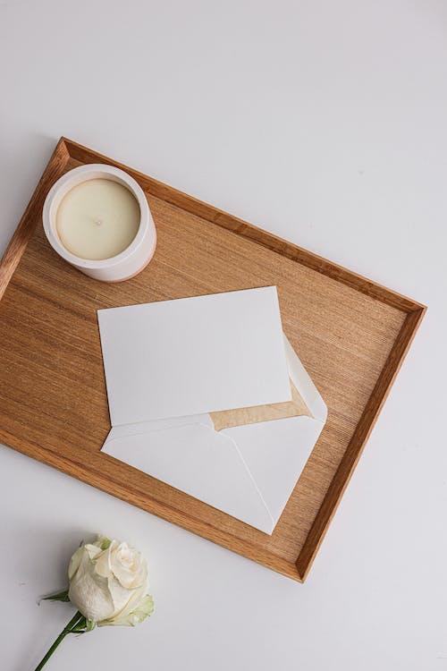 Бесплатное стоковое фото с буква, бумага, в помещении