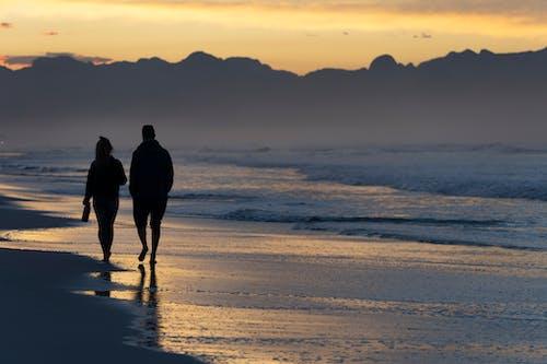 カップル散歩, シルエット, ビーチの無料の写真素材