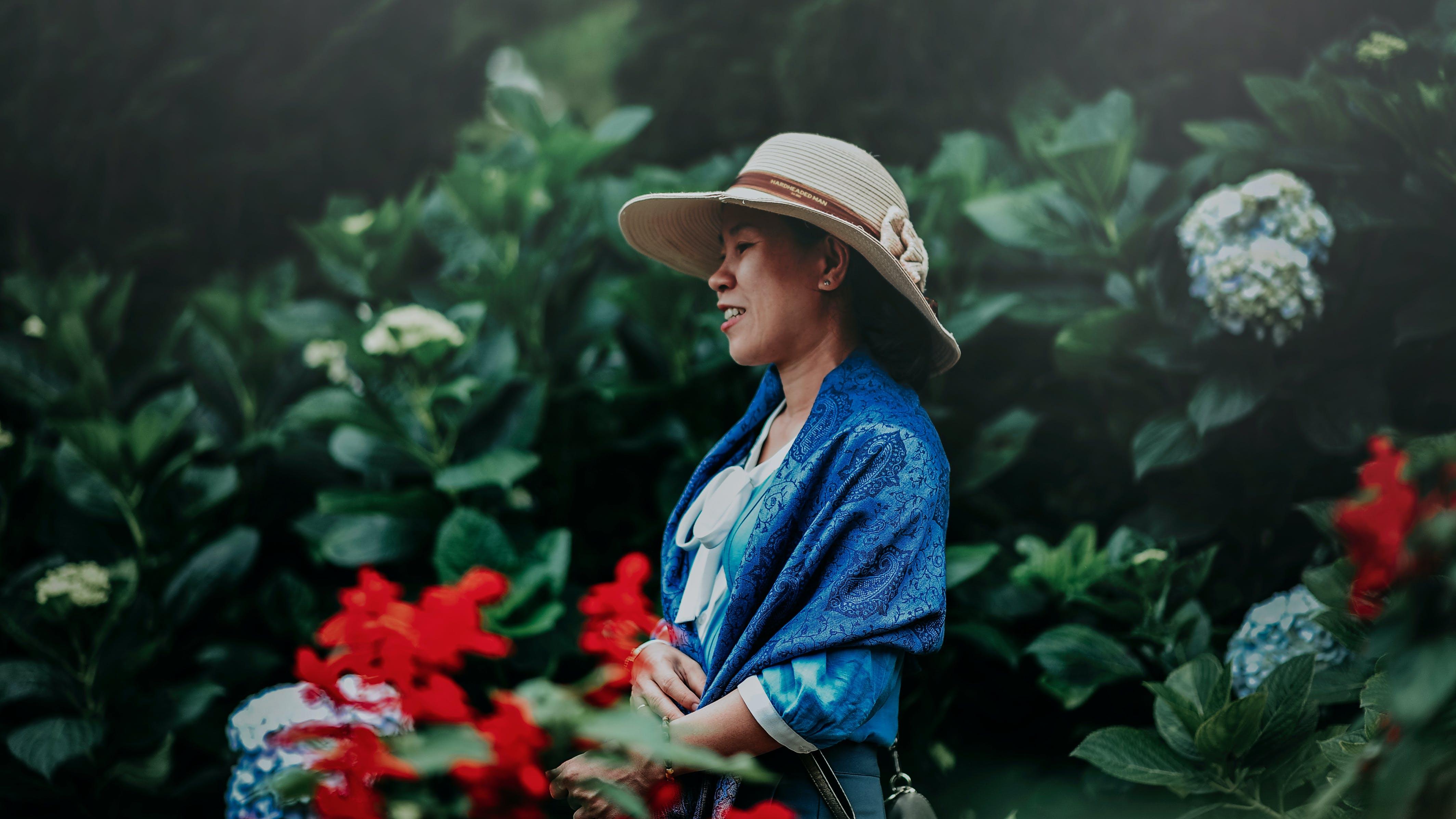 Kostenloses Stock Foto zu blumen, farben, frau, fröhlich