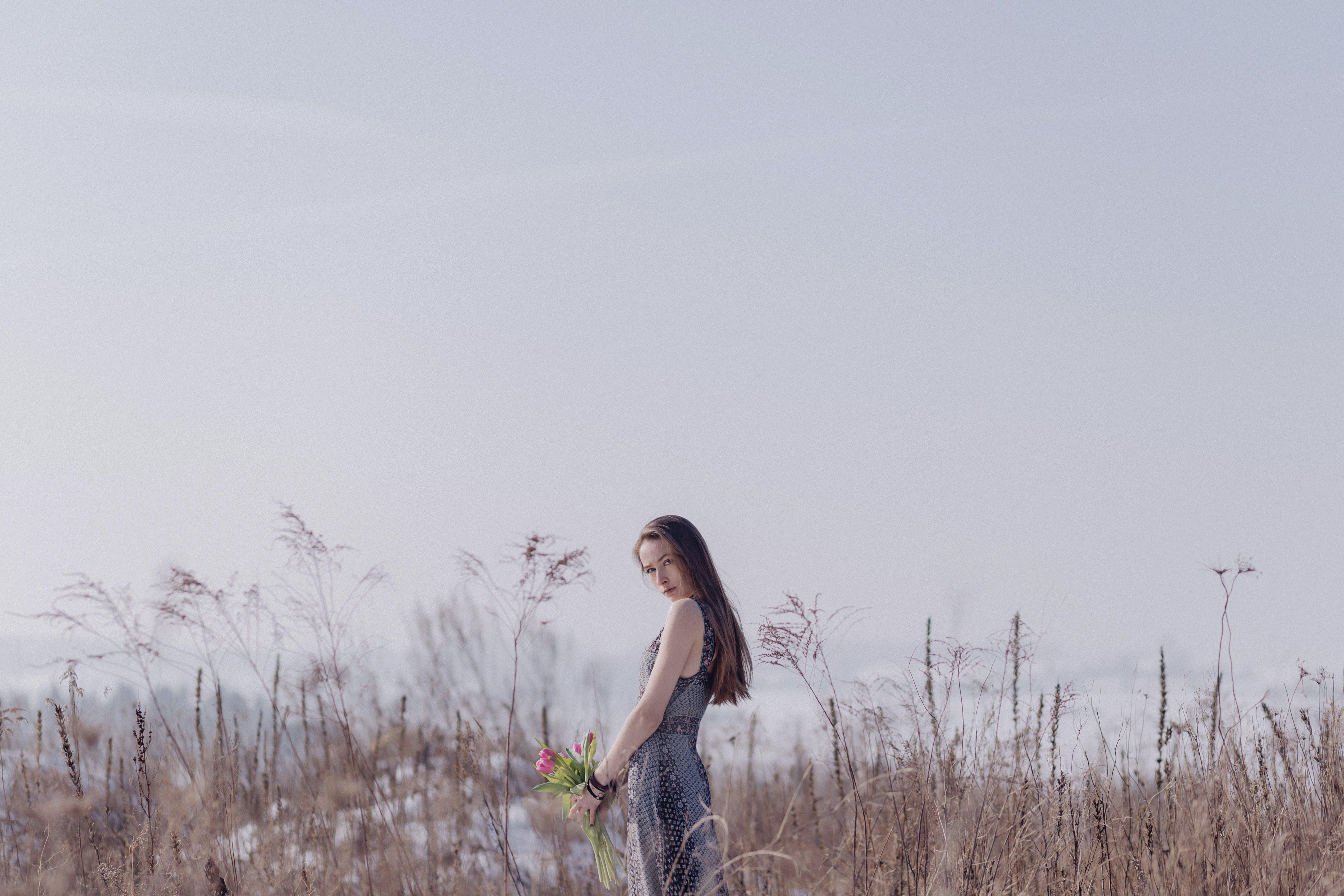 Foto stok gratis bidang, bunga-bunga, cewek, gaya