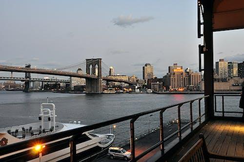 Gratis arkivbilde med arkitektur, båt, broer, by