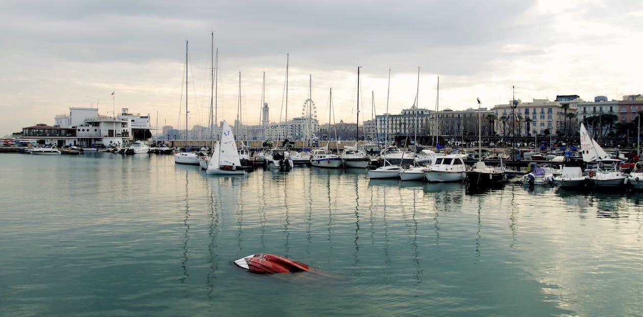 båtar, brygga, byggnad