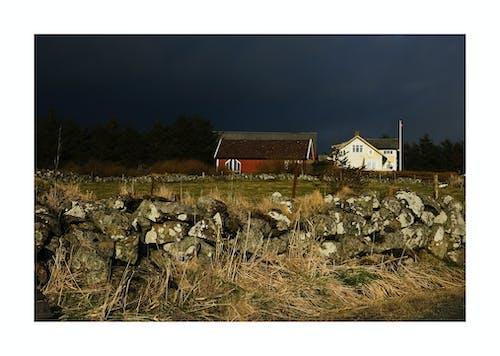 Δωρεάν στοκ φωτογραφιών με δραματικός ουρανό, ξύλινο σπίτι, Πέτρινοι τοίχοι