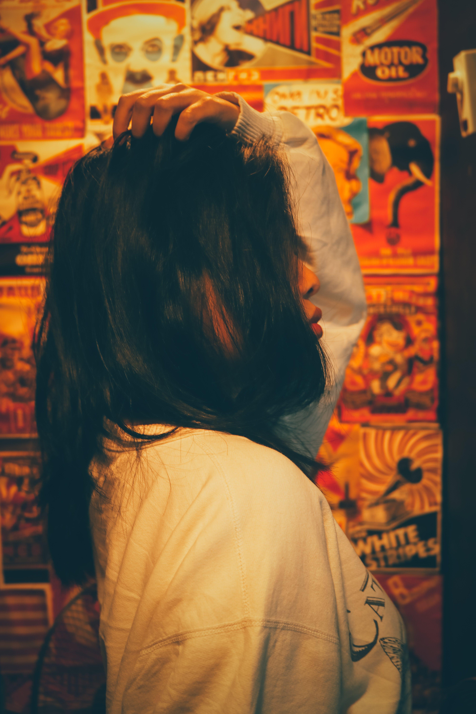 Gratis lagerfoto af fra siden, hår, indendørs, kvinde
