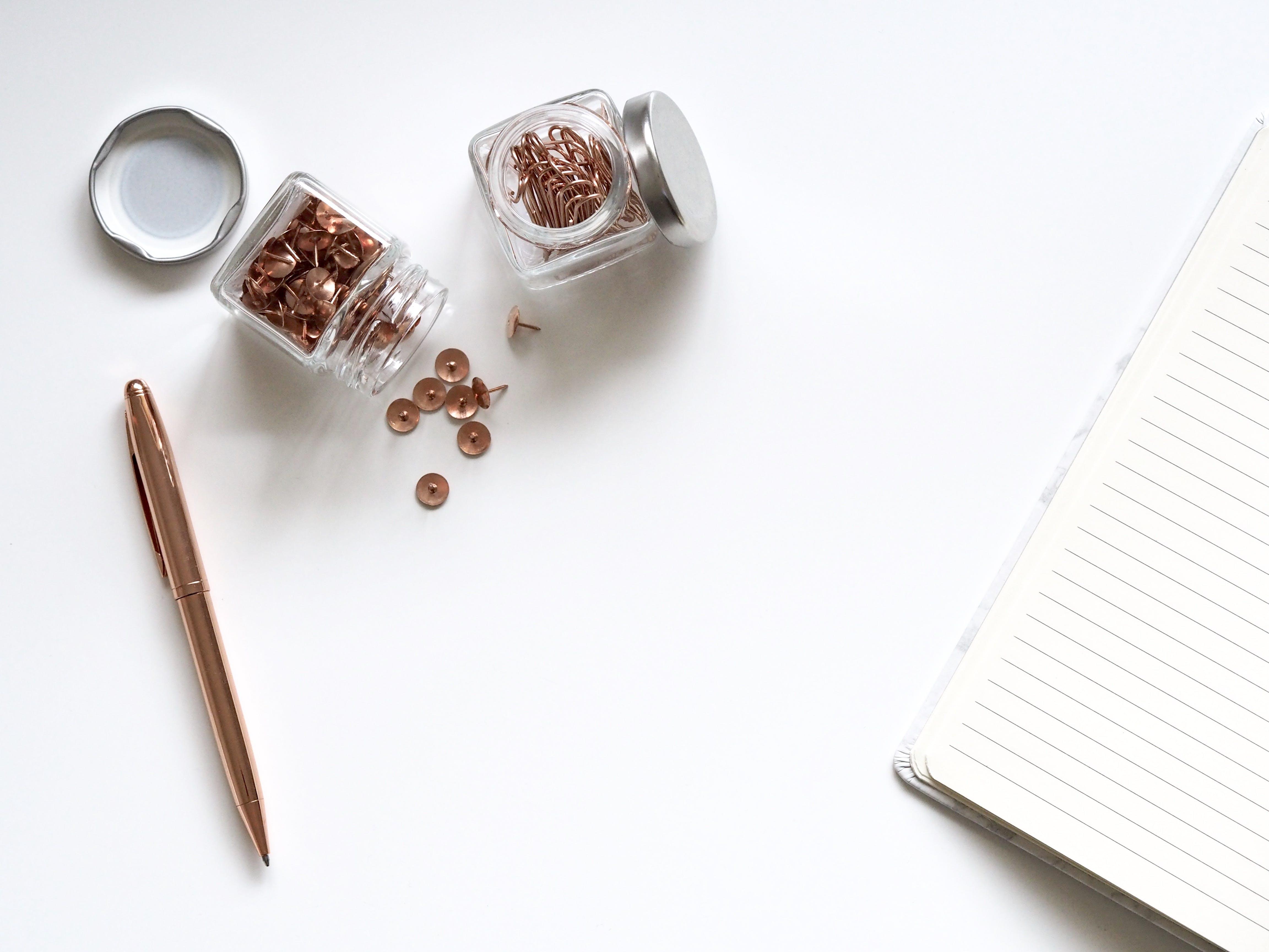 Kostenloses Stock Foto zu schreibtisch, notizbuch, stift, büroklammern