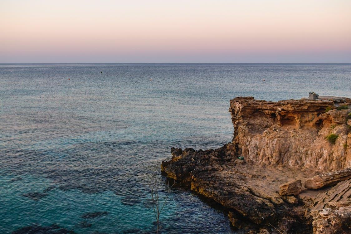 ακτή απότομων βράχων, ακτή βράχου, ακτή σε γκρεμό