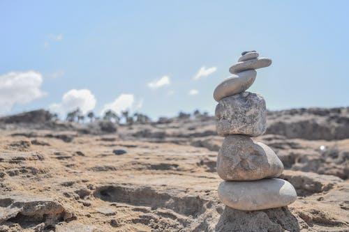 海濱生活, 海灘, 石頭, 藍天 的 免費圖庫相片