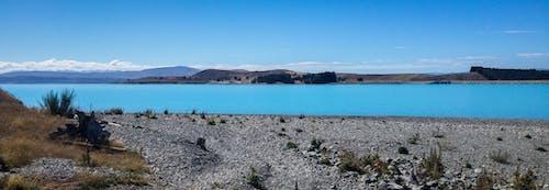 Gratis arkivbilde med blå himmel, blå sjø, panorama, steinstrand