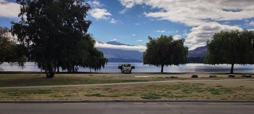 Ingyenes stockfotó autó, ég, fák, felhők témában