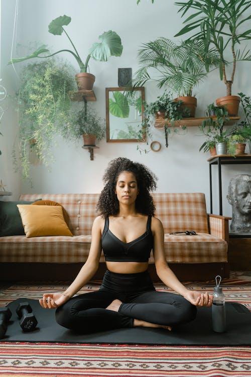 Gratis stockfoto met actieve slijtage, Afro-Amerikaanse vrouw, binnen