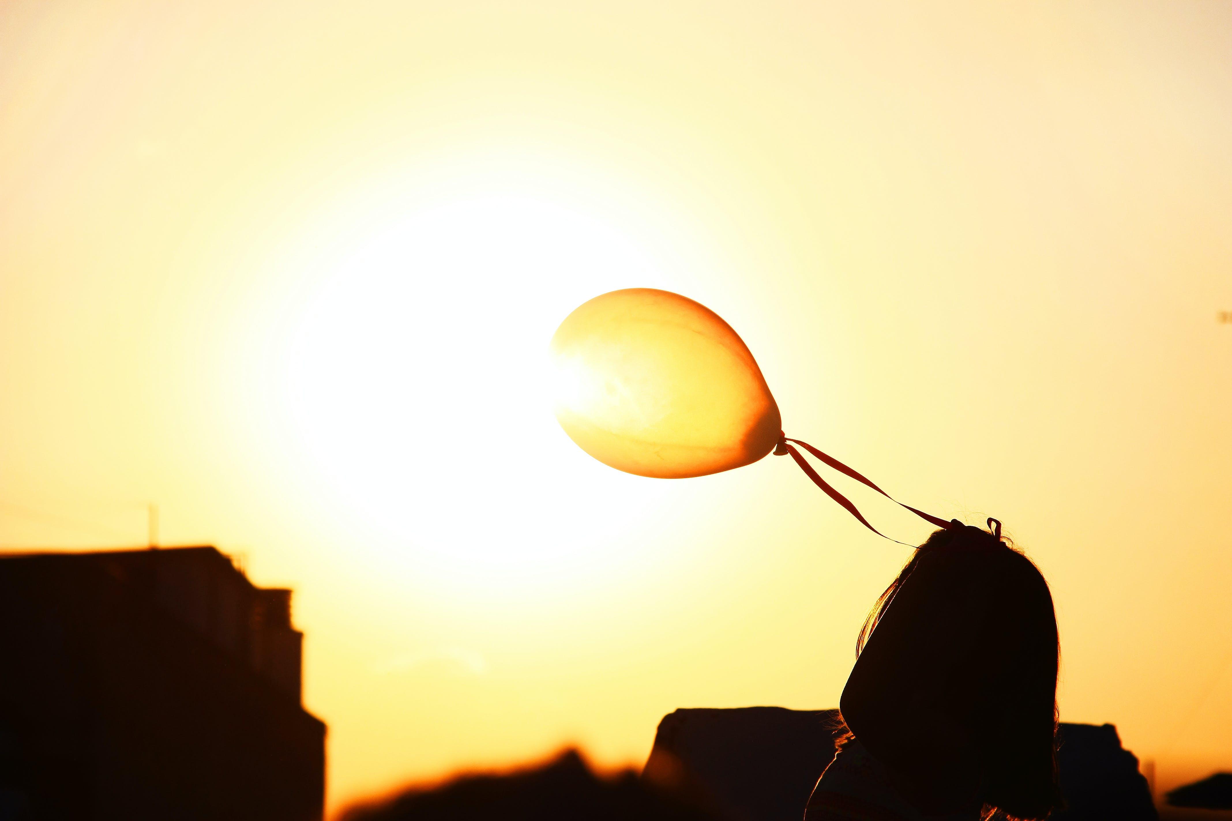 Kostenloses Stock Foto zu ballon, mädchen, orange, sonne