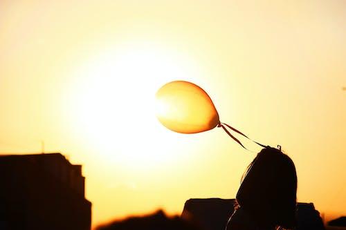 balon, Güneş, kız, Portakal içeren Ücretsiz stok fotoğraf