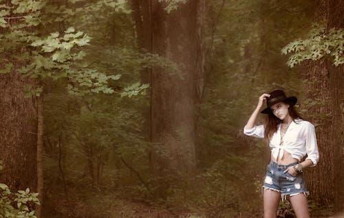 Foto profissional grátis de ao ar livre, árvores, chapéu, desgaste