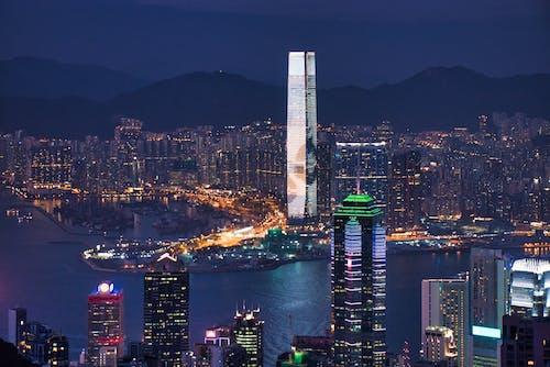 Kostenloses Stock Foto zu asiatische architektur, autoscheinwerfer, berg, boot
