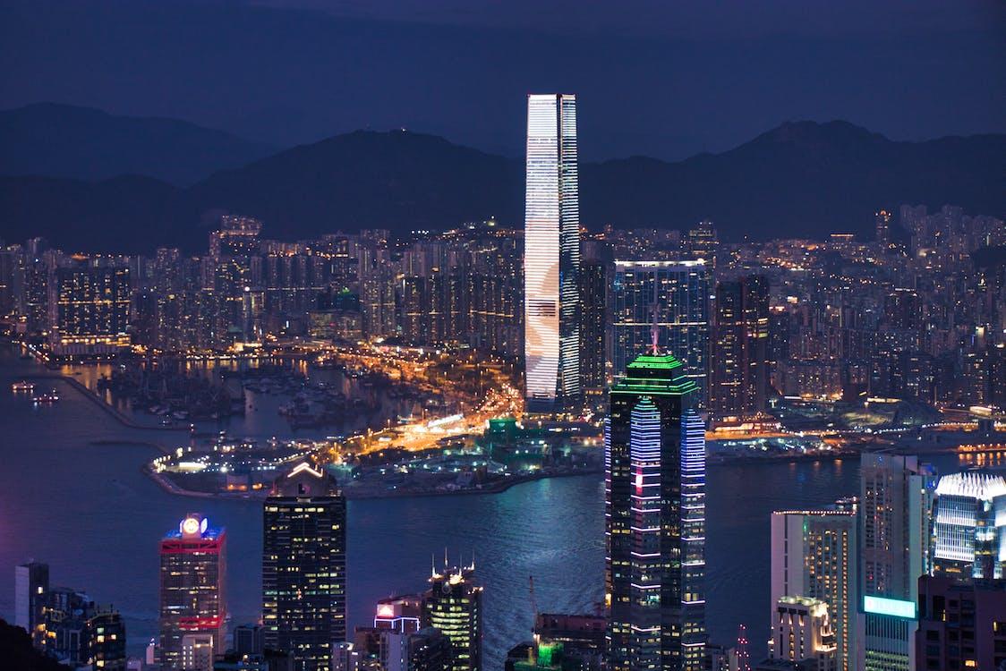 asiatische architektur, autoscheinwerfer, berg