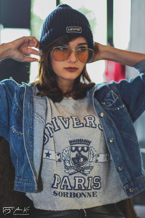 Gratis arkivbilde med blå dongeribukser, jente, kvinnelig modell, modell