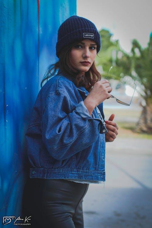 Gratis arkivbilde med blå, blå dongeribukser, katteøyne, kvinnelig modell