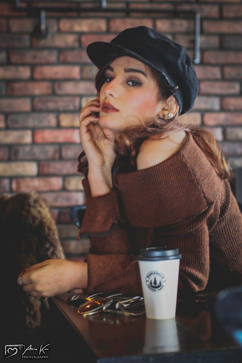 Gratis arkivbilde med barkafé, brun, jente, kvinnelig modell