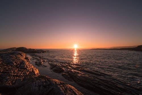 Ilmainen kuvapankkikuva tunnisteilla aallot, aamu, aamunkoitto, auringon häikäisy