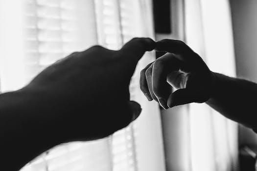 Reflejo del dedo en un espejo