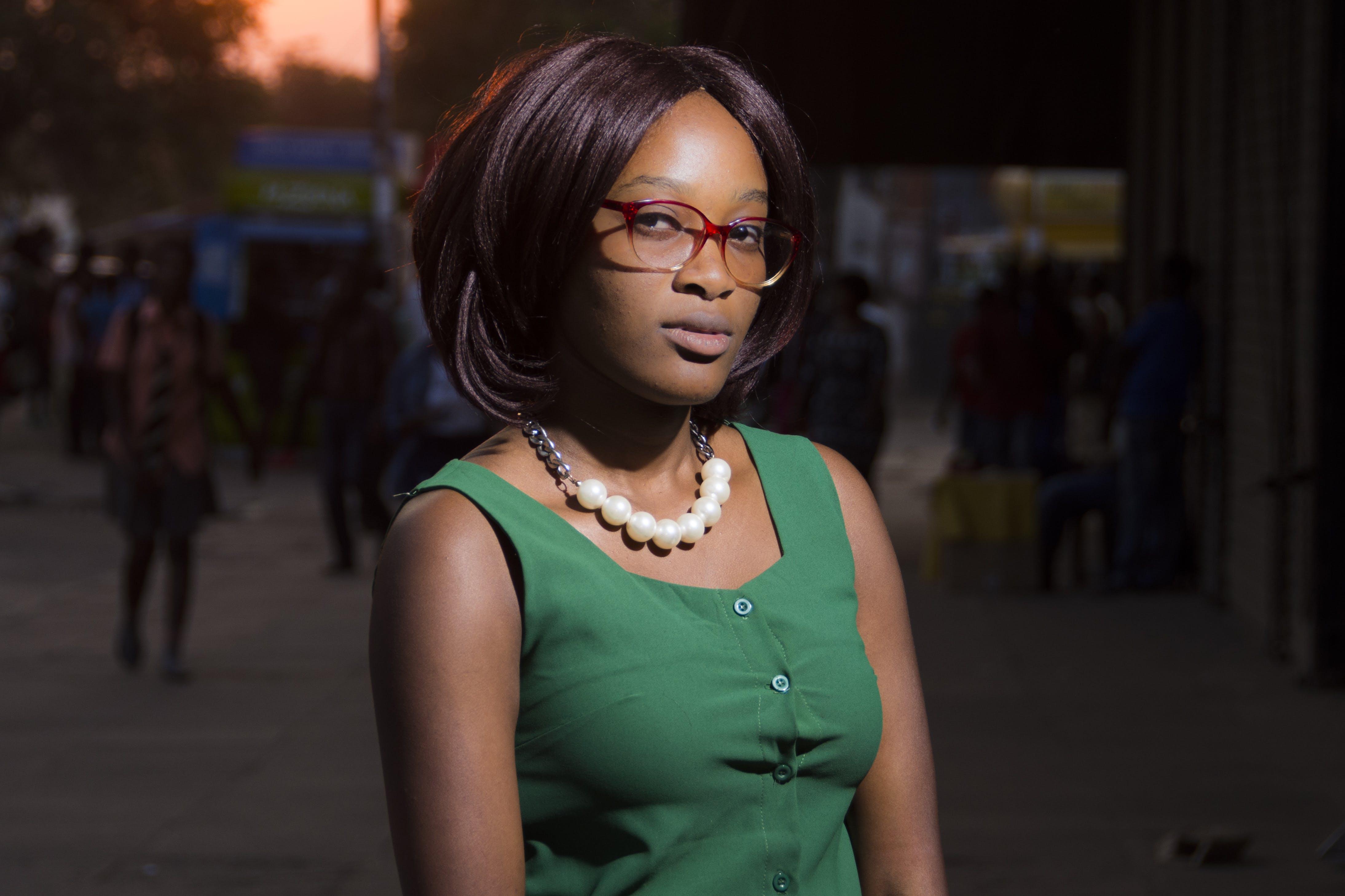 Základová fotografie zdarma na téma brýle, černá holka, dioptrické brýle, holka
