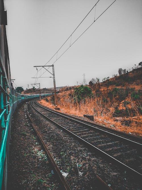 Бесплатное стоковое фото с pov, апельсин, голубой, железная дорога